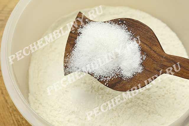 добавляем соль с сахаром